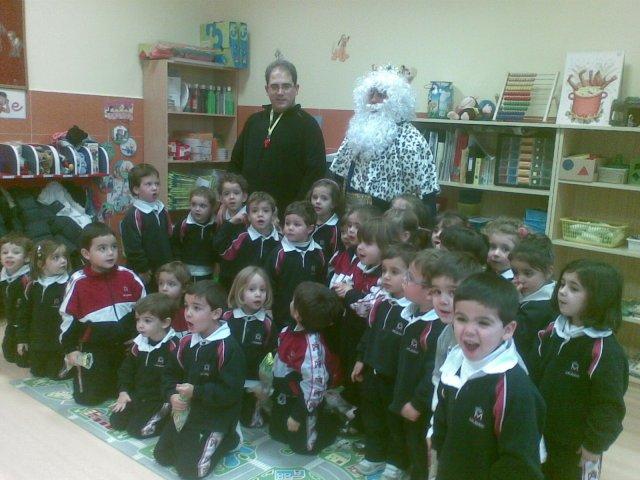 El Rey Melchor visita a los niños del colegio