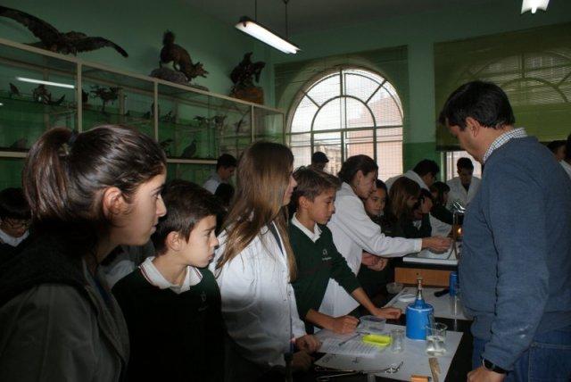 Los alumnos de 6º de Primaria comparten prácticas de laboratorio con los alumnos de 2º Bachillerato