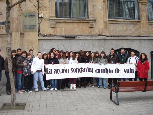 Abrazo solidario de Manos unidas en la plaza mayor
