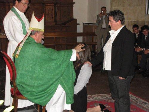 Antiguos alumnos del colegio reciben el sacramento de la confirmación
