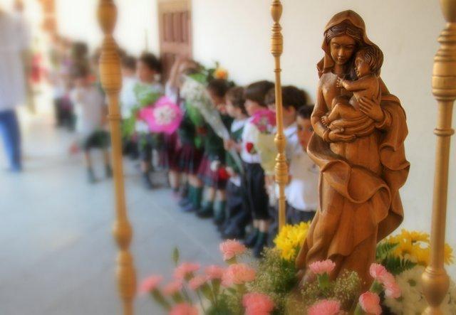 Con flores a María.