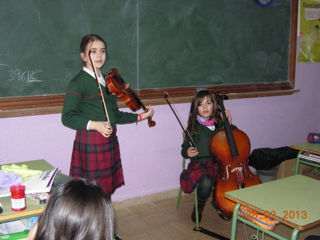 The students of 3A learn about string instruments
