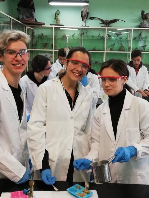 Alumnos de 2º de Bachillerato de Química  comienzan las prácticas en el laboratorio.