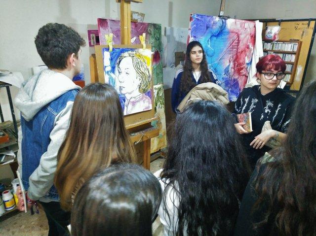 Salud Parada, escultora y pintora, recibe a los alumnos del Calasanz